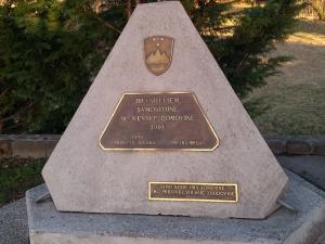 Spominsko obeležje na parkirnem prostoru Vinske kleti Dobrovo